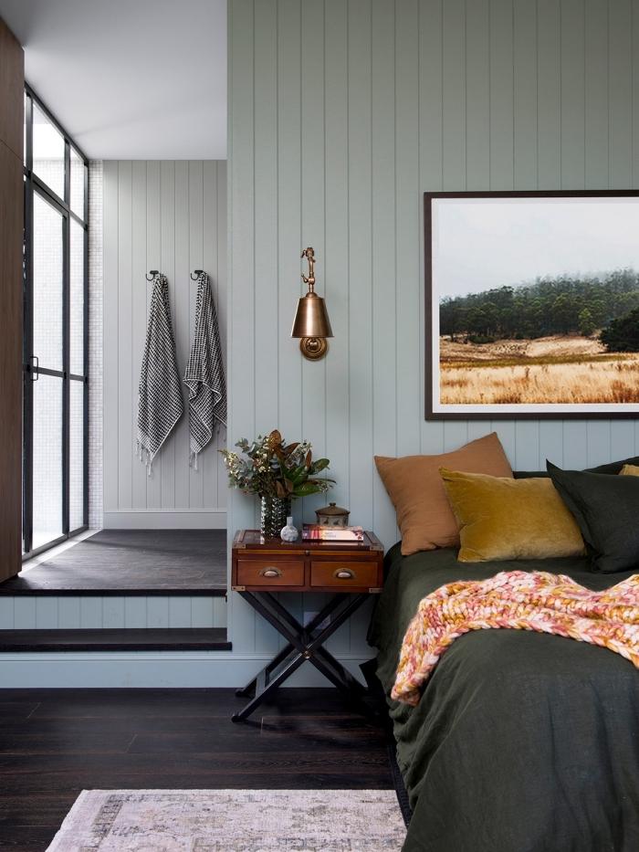 quelle couleur peinture chambre moderne aux murs vert pastel et sol en bois foncé, déco de lit moderne avec coussins velours