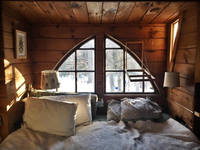 comment décorer une petite pièce aux murs bois avec lit en bois massif, créer une ambiance cozy dans une chambre montagne