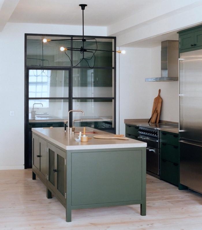 exemple comment aménager une cuisine moderne et spacieuse avec meubles de couleur vert foncé à plan de travail blanc