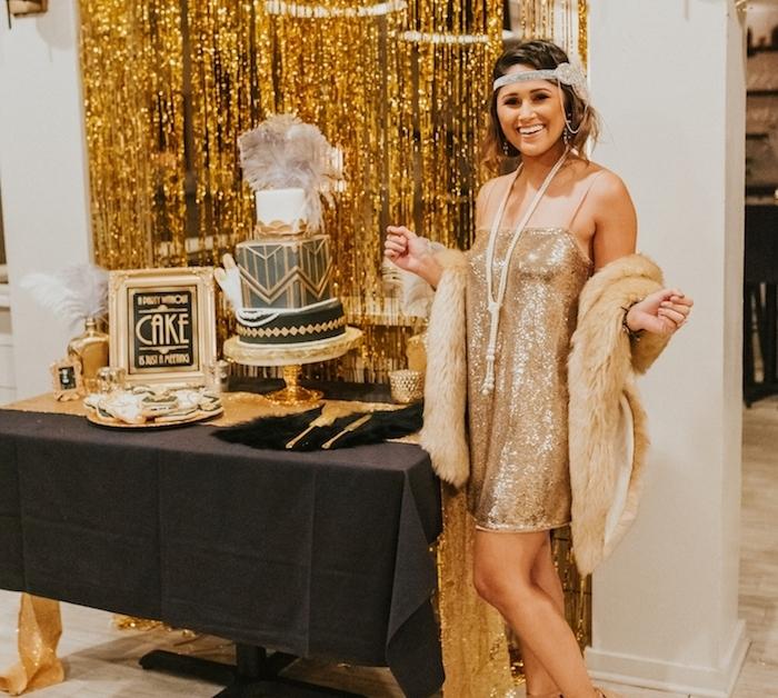 thème déguisement pour soirée déguisée getsby le magnifique avec robe pailletée, gateau noir et or et decoration anniversaire noir et or année 20