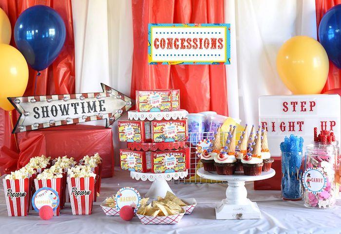 theme anniversaire cirque cinéma rouge avec pop corn, motif cinéma rouges, ballons, cupcakes colorés