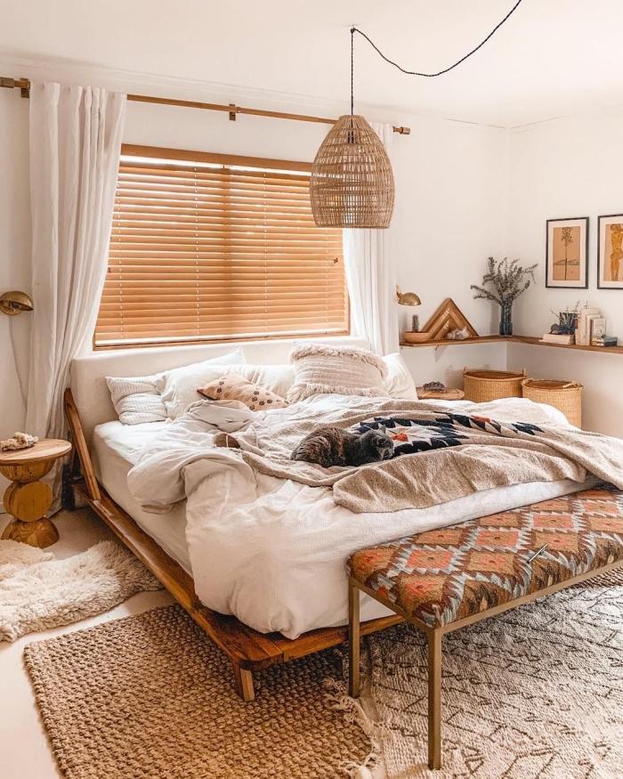 style bohème chic dans une pièce blanche aménagée avec meubles en bois et objets à motifs ethniques et couleurs neutres