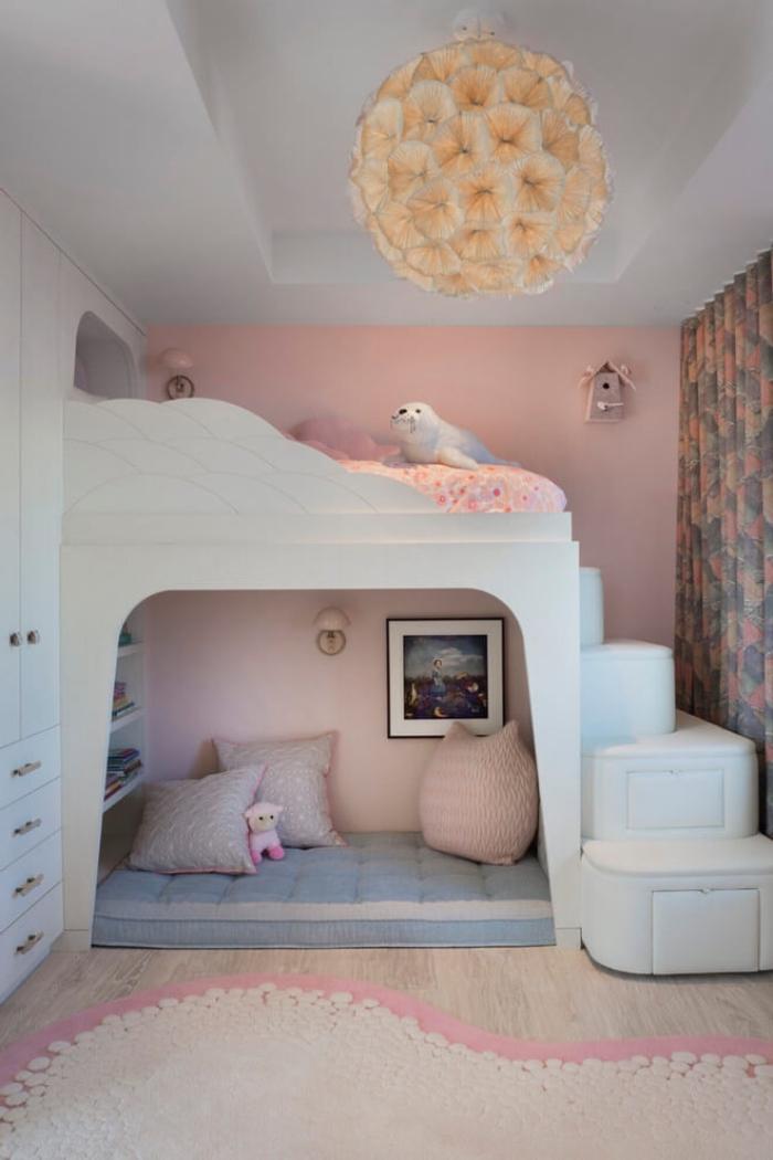 idée de deco chambre bebe aux murs roses et plafond blanc avec parquet bois clair, modèle de lit mezzanine original