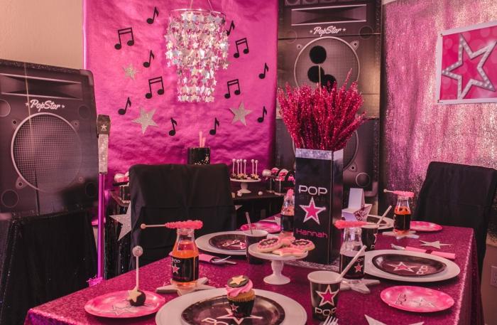 idée comment décorer une pièce pour party d'anniversaire ado sur le thème de la musique pop en noir et rose, idée pliage serviette simple