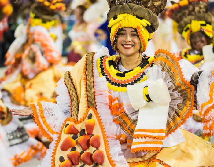 Costume traditionnel pour le carnaval, chapeau de carnaval, deguisement femme idée simple grande robe blanc et orange