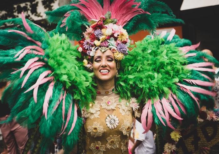 Robe fleurie nuance doré, plumes sur les épaules somptueux, costume carnava pour femme, les plus belles vetements