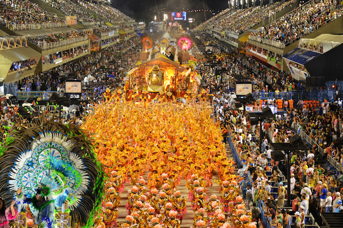 Rio de Janeiro rues avec gens en costumes, fete carnaval en printemps, inspiration déguisement diy