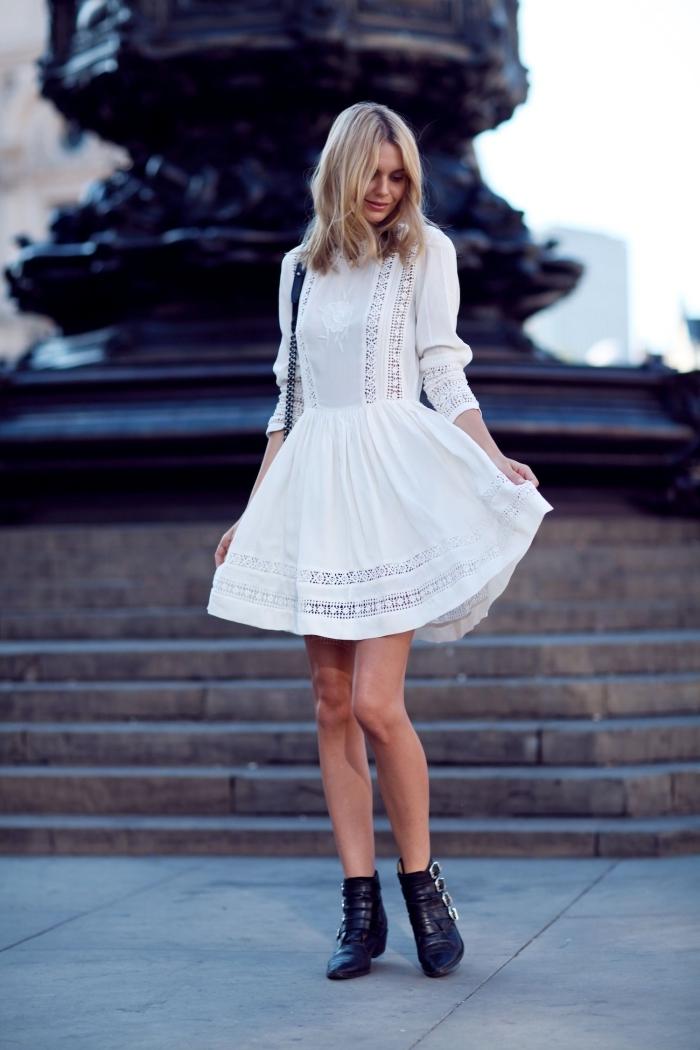 look bohème chic en robe cocktail blanche à manches longues dentelle avec bottines en simili cuir noir et sac bandoulière
