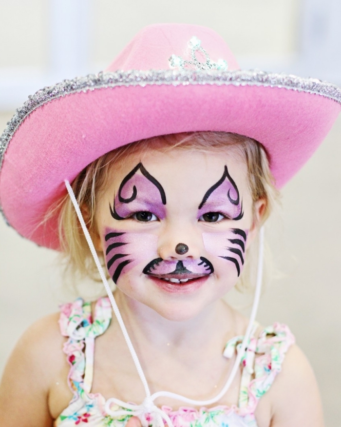 comment maquiller et habiller une petite fille pour un carnaval ou une fête déguisée, DIY masque deguisement en peinture rose