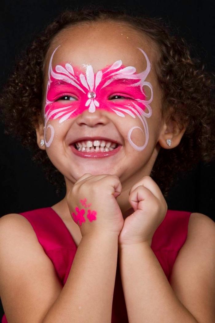 comment faire un masque de carnaval sur visage enfant avec peinture facile de couleurs blanche et rose à design papillon