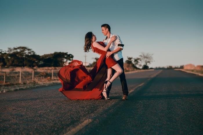 idée de sortie en amoureux pour la fête de la Saint Valentin, couple amoureux bien habillés pour une soirée dance