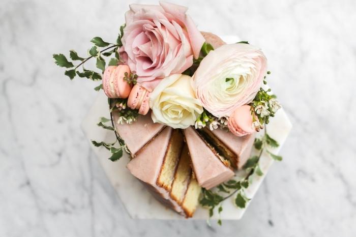 quel dessert maison pour un repas amoureux au top, modèle de petit gâteau rond au glaçage rose pastel décoré de macarons et fleurs fraîches