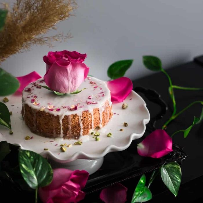 recette diner romantique à la maison, idée de gâteau facile aux noix concassées et vanille avec jolie décoration florale