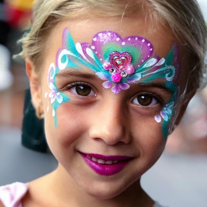 idée comment maquiller une fille façon Elsa, exemple de maquillage enfant facile à faire avec pochoir et kit peinture faciale