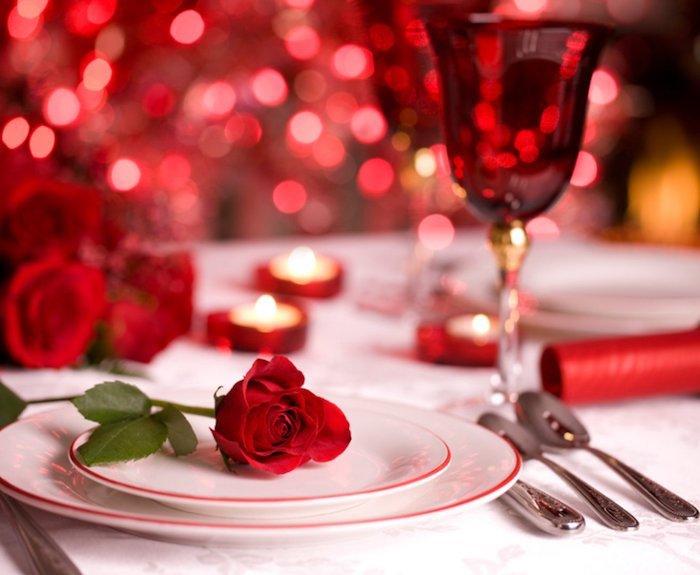 Classique déco en rouge et blanc sur la table romantique avec petites bougies, coeur saint valentin, idée saint valentin déco originale