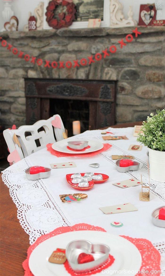 Coeur déco dans l'assiette coeur st valentin, idée originale saint valentin entre amis table nappe blanche