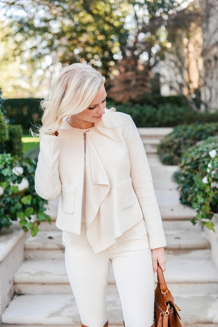 modèle de tailleur pantalon femme chic pour mariage, idée comment assortir les couleurs de ses vêtements