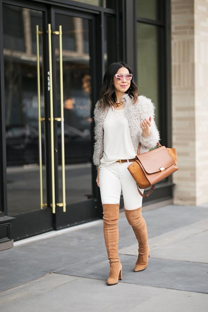 comment bien s'habiller en hiver, tenue chic femme en blanc et marron avec pantalon fit et manteau fausse fourrure