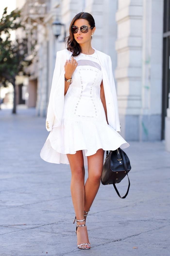 modèle de robe cocktail courte avec décolleté transparent, tenue femme stylée en robe courte avec blazer blancs