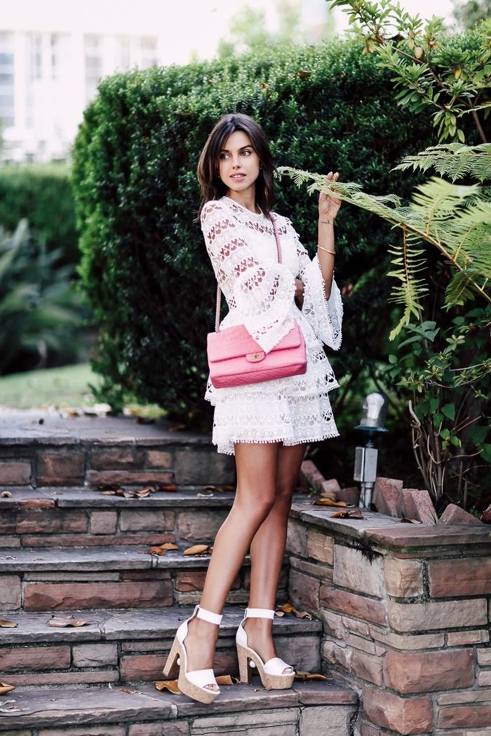 modèle de robe manche longue courte combinée avec sandales hautes en blanc et beige, modèle de sac bandoulière rouge