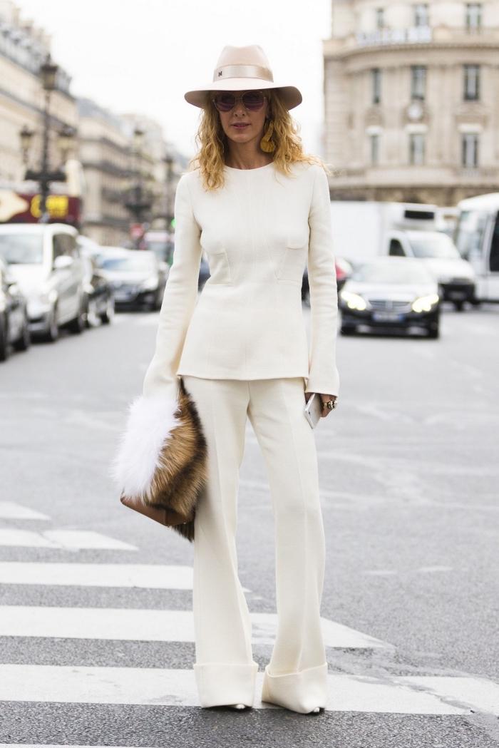 modèle de tailleur pantalon femme pour ceremonie officielle, style vestimentaire femme élégante avec vêtements blancs