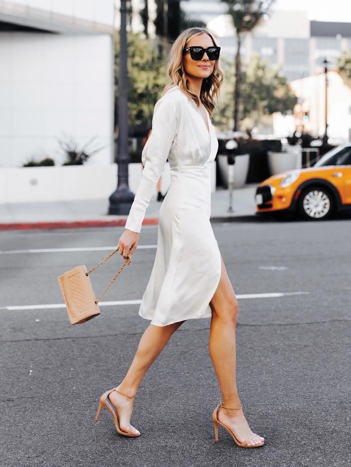 look femme stylée en robe de cérémonie femme avec manches longues et décolleté en v combinée avec sandales à talons