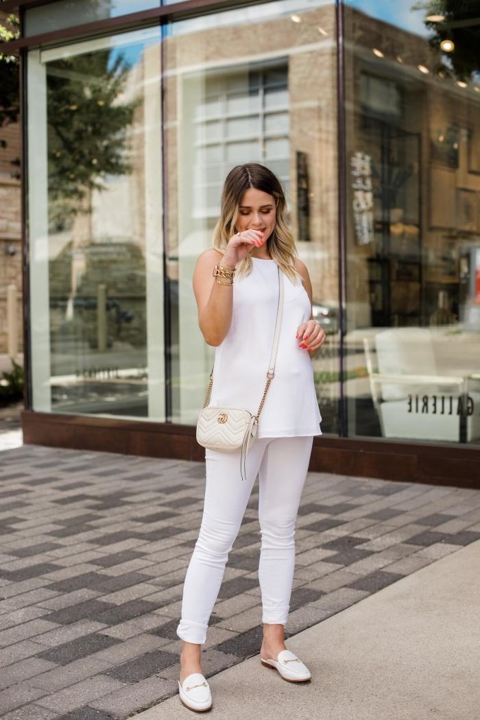 modèle de tailleur pantalon femme chic pour mariage avec pantalon slim et top blanc sans manches combiné avec chaussures plates