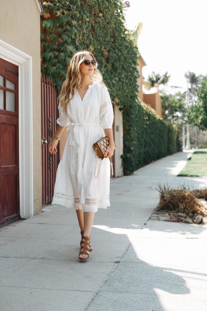 modèle de robe longue blanche boheme à longueur genoux combinée avec accessoires mode femme de couleur marron