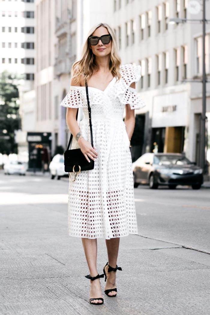 exemple de robe longue blanche à design épaule asymétrique combinée avec sandales à talons et sac bandoulière noirs