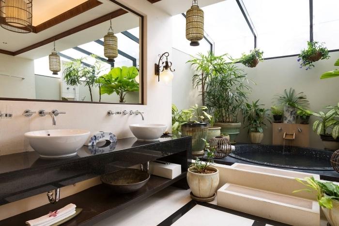 deco tendance 2020 de style exotique dans une salle de bain aux murs blanc avec accents noirs et éléments tropicaux