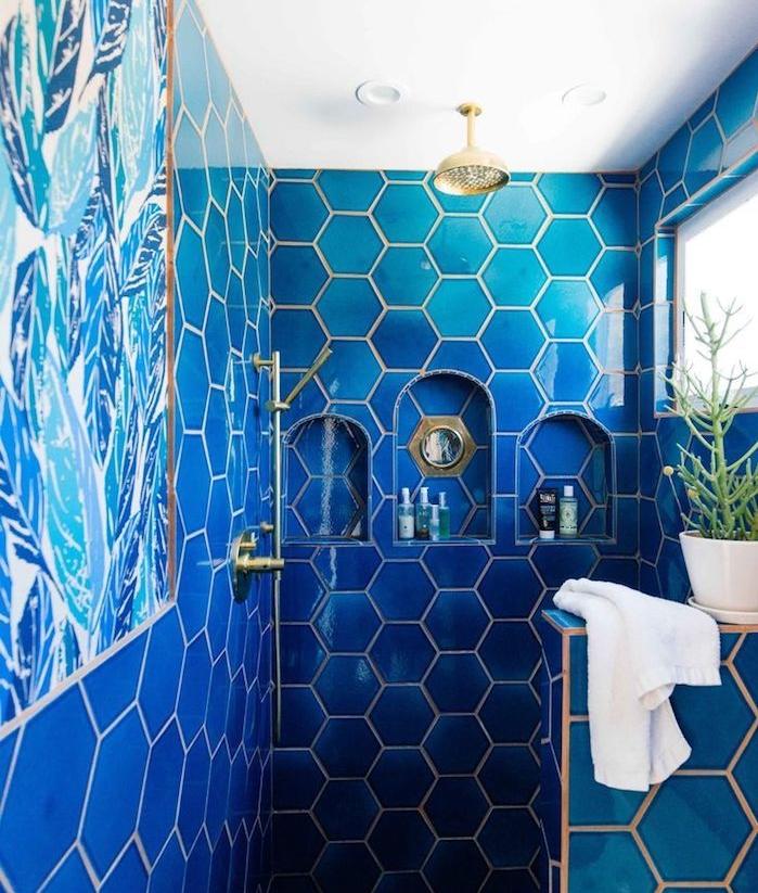 tableau papier peint bleu et carrelage mural bleu marine, niches murales, cabine de douche en bleu, salle de bain couleur pantone 2020