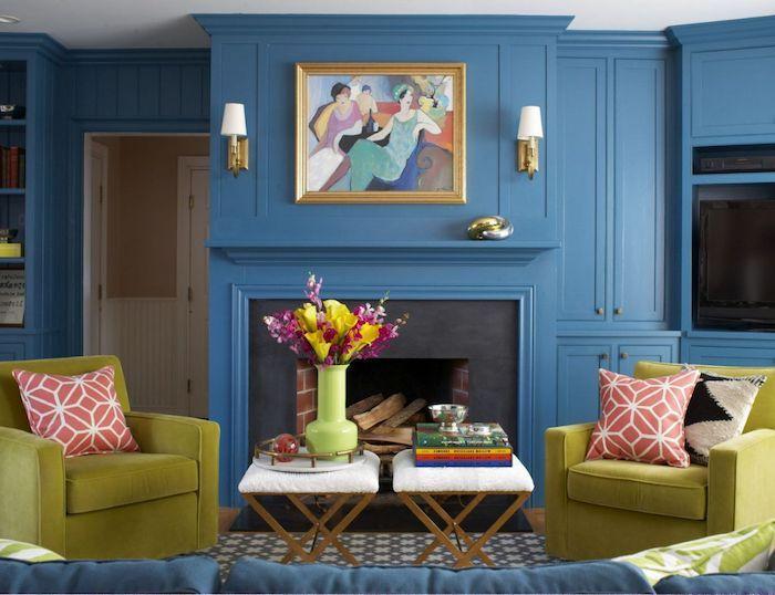 fauteuils vert pistaches dans salon repeint en bleu avec cheminée noir et bleu, cadre mur salon, couleur tendance 2020