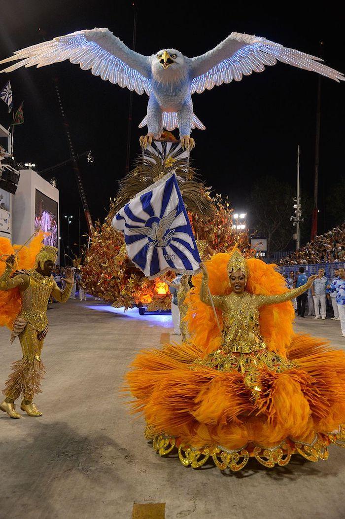 Robe orange et accents ors avec plumes, fete carnaval en printemps, inspiration déguisement diy