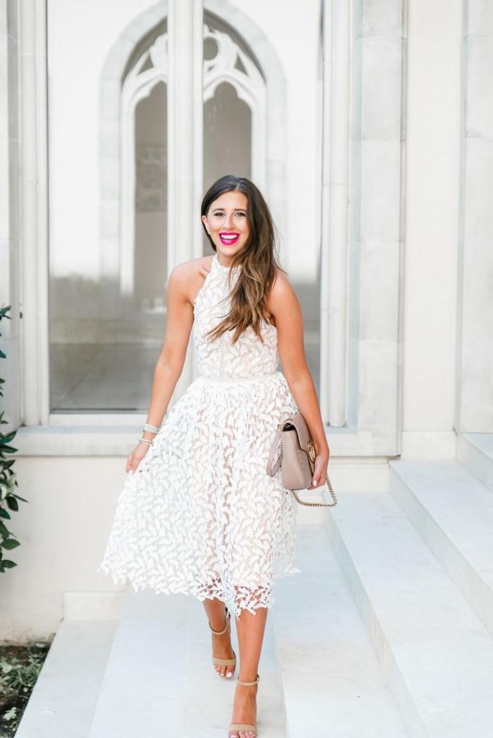 comment porter une robe longue blanche boheme avec sandales hautes, idée tenue en robe ceinturée longueur genoux