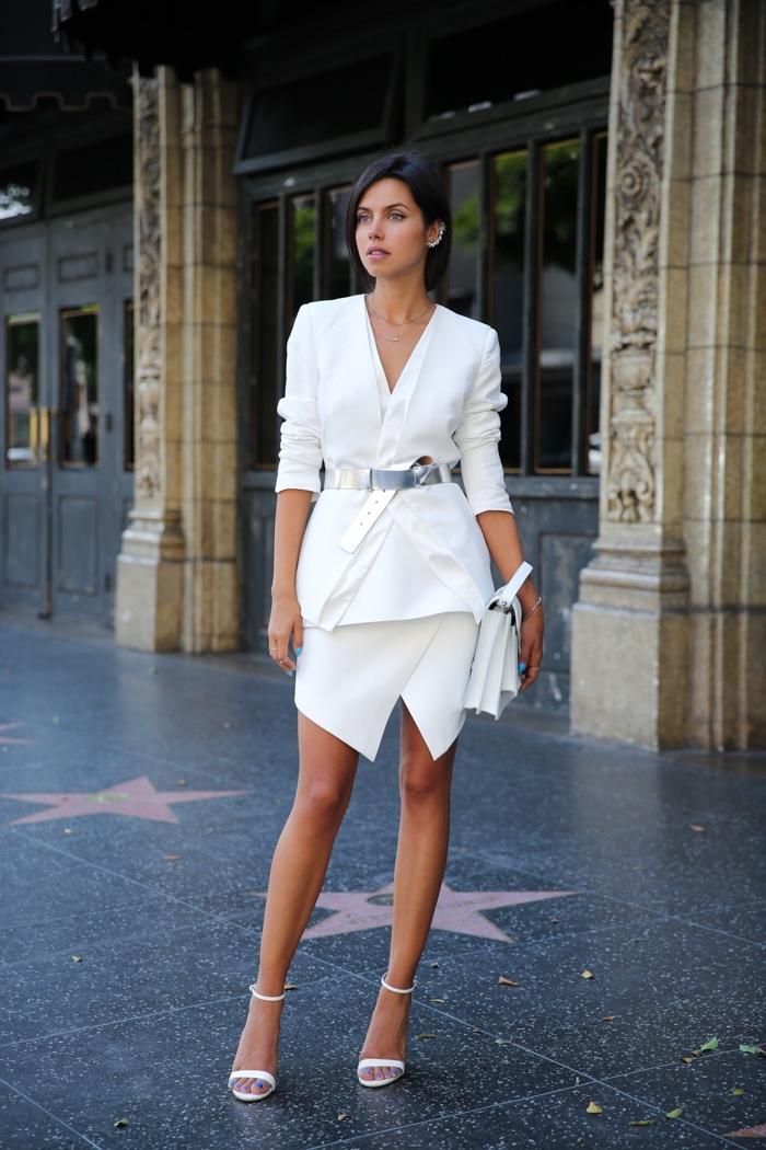 idée de tenue de soirée femme moderne en combinaison jupe courte asymétrique avec blazer blancs et ceinture argentée