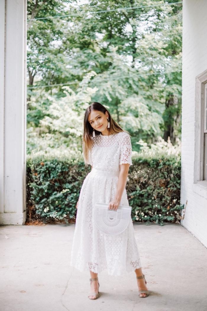 modèle de robe pour mariage de style bohème avec manches courtes en dentelle florale et chaussures à talons