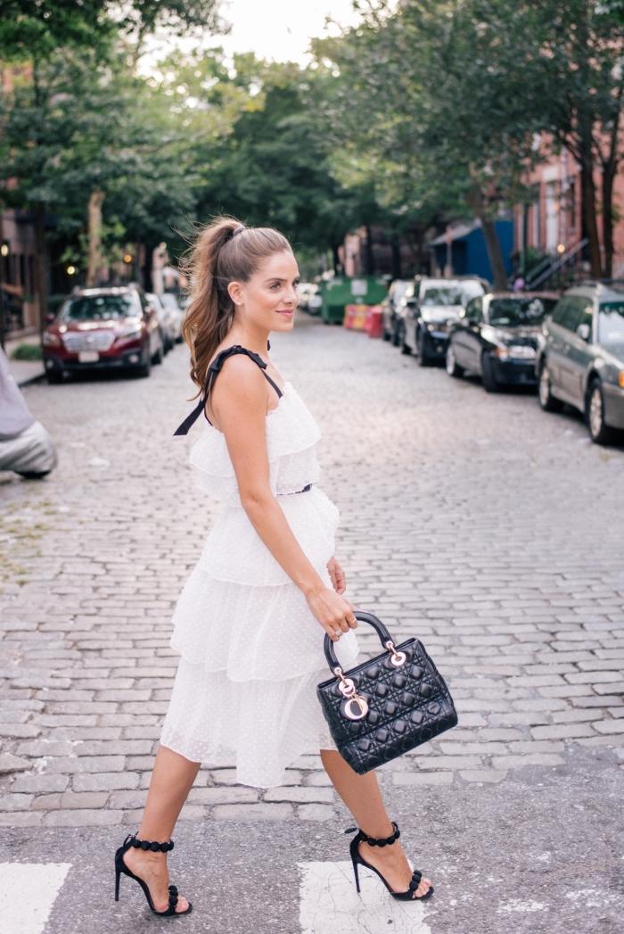 comment bien s'habiller avec accessoires et robe noire et blanche, modèle de sac à main cuir noir avec accents rose gold