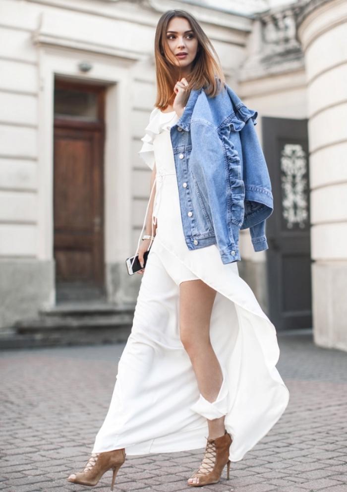 comment porter la veste en denim avec une robe de soirée chic fendue en blanc et chaussures ouvertes en velours