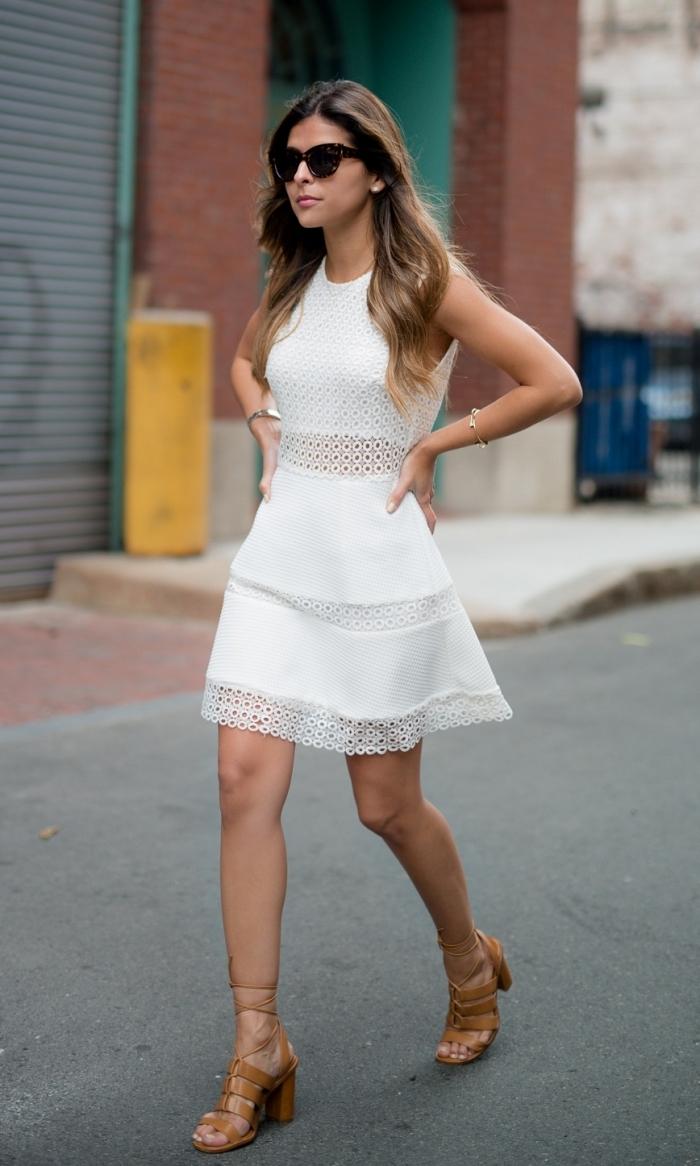 modèle de robe cocktail blanche à effet deux pièces avec crop top ceinturée en dentelle blanche et jupe courte