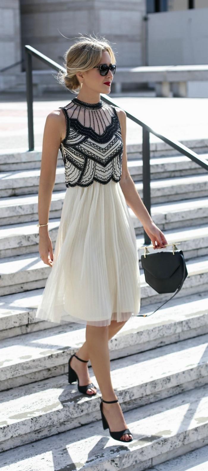 exemple comment porter une robe blanche dentelle noire avec sandales hautes et sac bandoulière de couleur noire