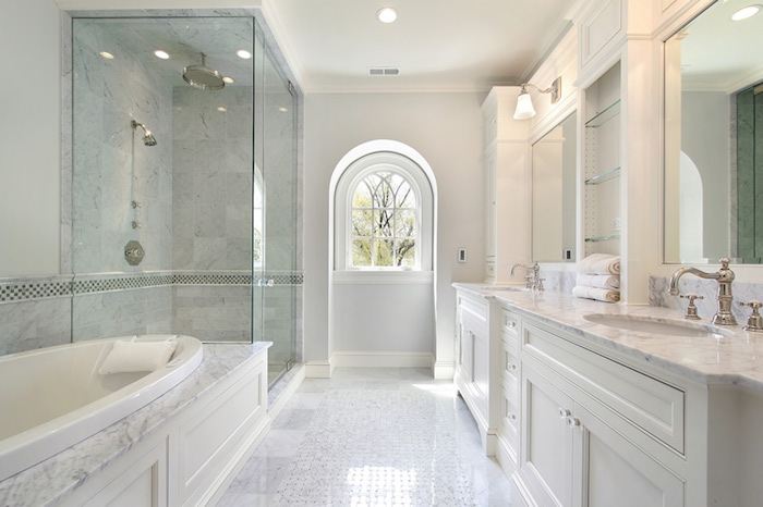 Fenetre qui donne au jardin, salle de bain moderne en marbre avec douche et baignoire séparées, peinture salle de bain blanche