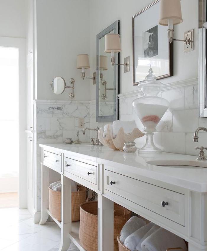 Meuble vintage pour le lavabo double avec miroirs en haut, peinture salle de bain, idée rénovation salle de bain bicolore