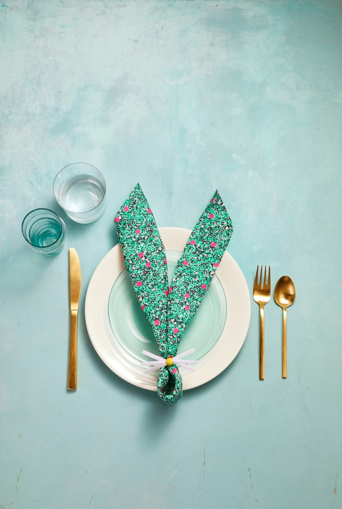 exemple de pliage de serviette en oreilles de lapin pour paques, idée déco table d'anniversaire d'enfant sur thème lapin