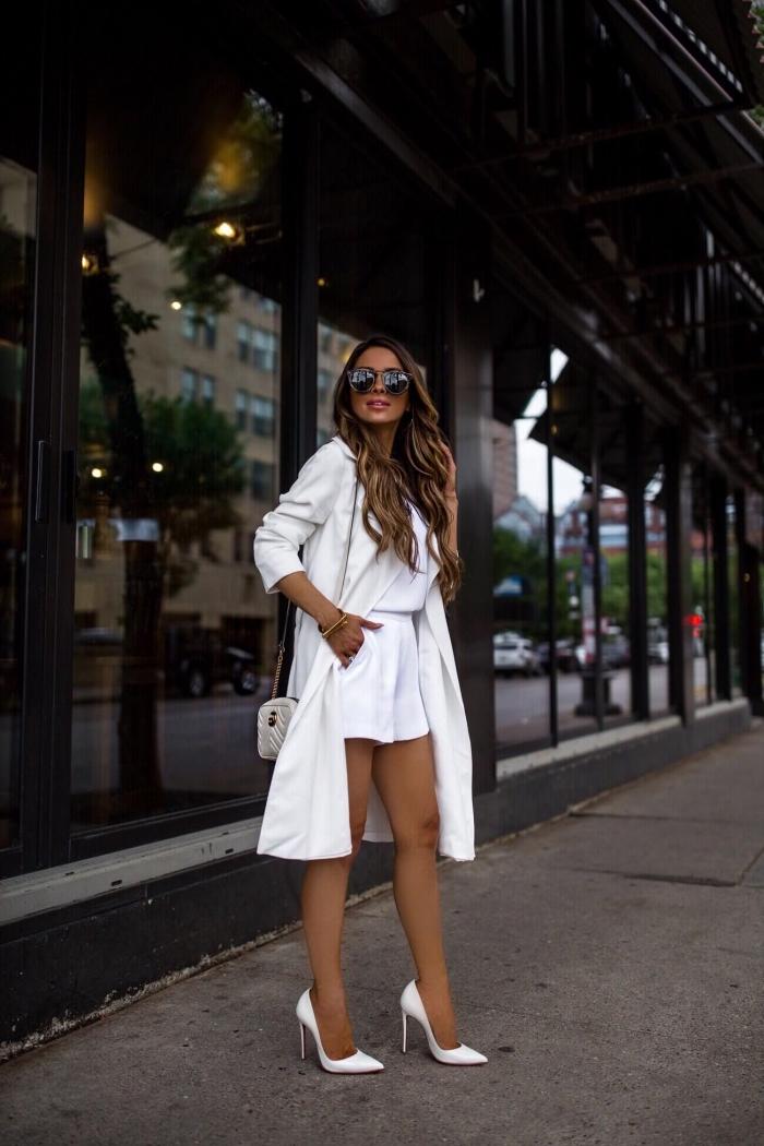 exemple de tenue chic femme en shorts et blouse blanche combinés avec chaussures hautes et sac bandoulière gris clair