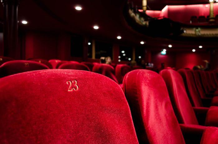 siège dans un salle de cinéma, sièges en velour rouge