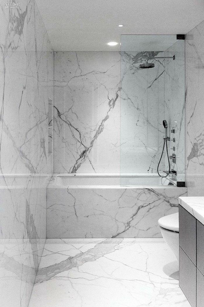Douche en haut de baignoire marbre, salle de bain murs et sol marbre blanc, rénovation salle de bain marbre blanc, aménagement grand espace