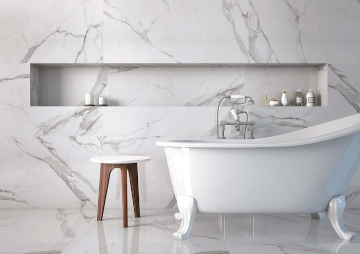 Baignoire vintage à pieds, robinet rétro, chaise rangement bois, amenagement salle de bain blanche, inspiration salle de bain luxe