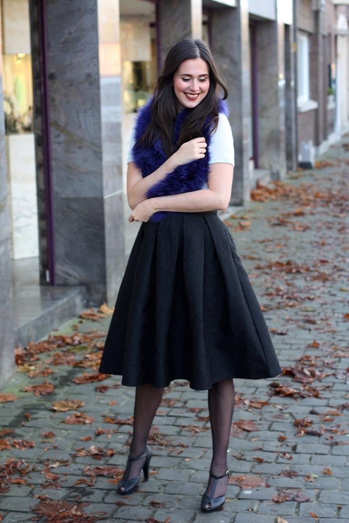 Jupe trapèze noire et top blanc t-shirt, boa de plumes, deguisement carnaval, beau costume coloré pour femme