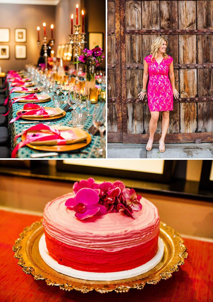 theme anniversaire touscane italienne en couleur fuchsia, nappe bleue, déco centre de table floral, gateau original