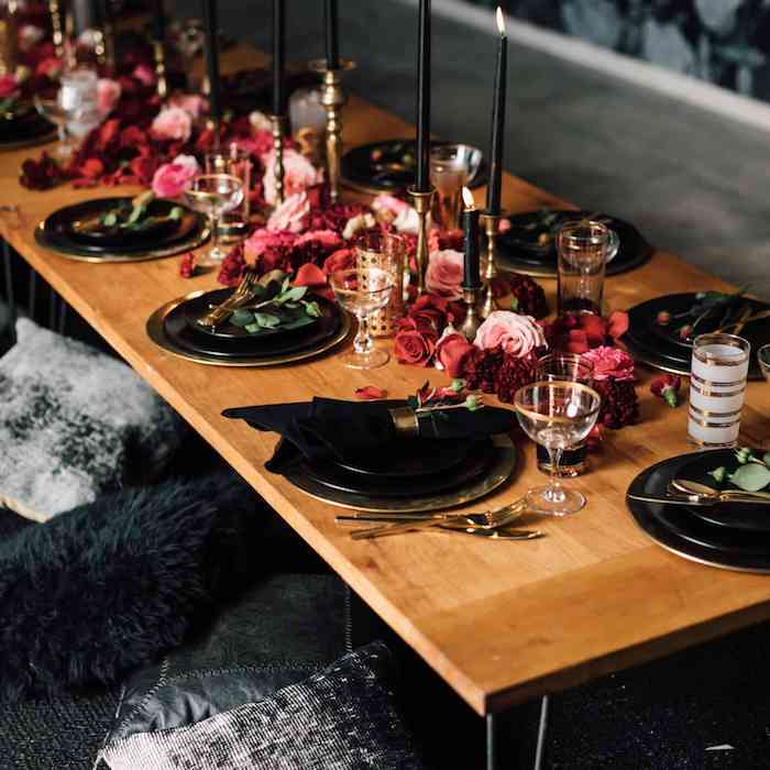 theme anniversaire 30 ans style rustique chic, centre de table et roses et autres fleurs sur table bois et assiettes vaisselle stylée, bougies noires